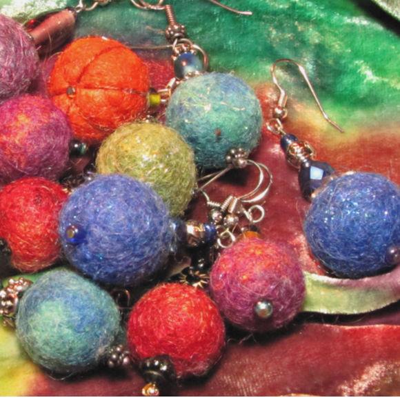 Class Image Taste of Art - Textiles - Wool Bead Earrings